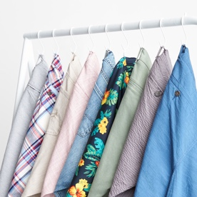 各种颜色的短裤挂在架子上。