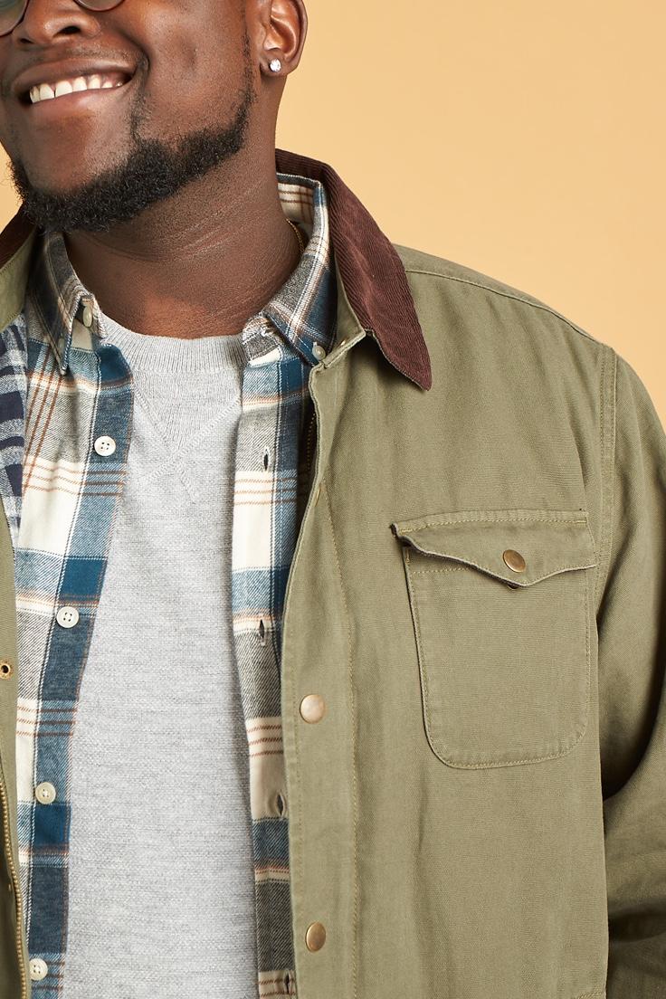 灰色t恤,格子衬衫,橄榄绿色夹克,棕色领子。