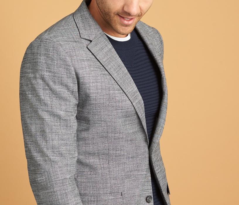 蓝黑条纹衬衫配灰色运动夹克。