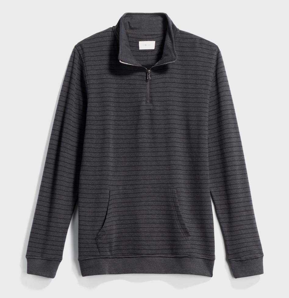 灰色和黑色条纹半拉链衬衫与袋鼠口袋。