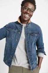manbetx万博体育app 官方下载修补男士衣服,包括灰色衬衫和带有棕色细节的牛仔夹克。